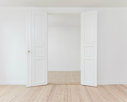 De kamer van Jonas Karlsson lijkt saai, maar is een echte pageturner.