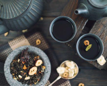 Julia wordt door Ineke Riem verwelkomd met twintig verschillende soorten thee.