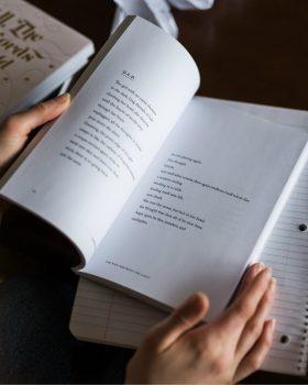 Tim Hofman schreef toegankelijke poëzie in zijn dichtbundel Gedichten van de broer van Roos.