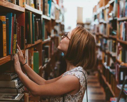 Emma sliep een nachtje in de Nieuwe Boekhandel wat resulteerde in hysterie, keuzestress en leeskramp.