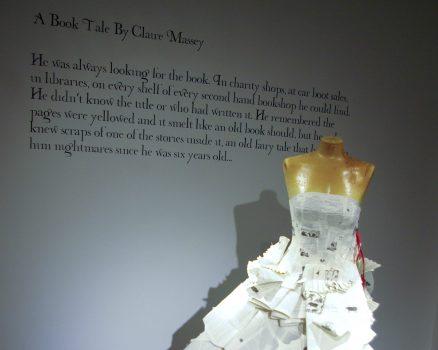 Jennifer Pritchard Couchman ontwierp deze trouwjurk van boeken.