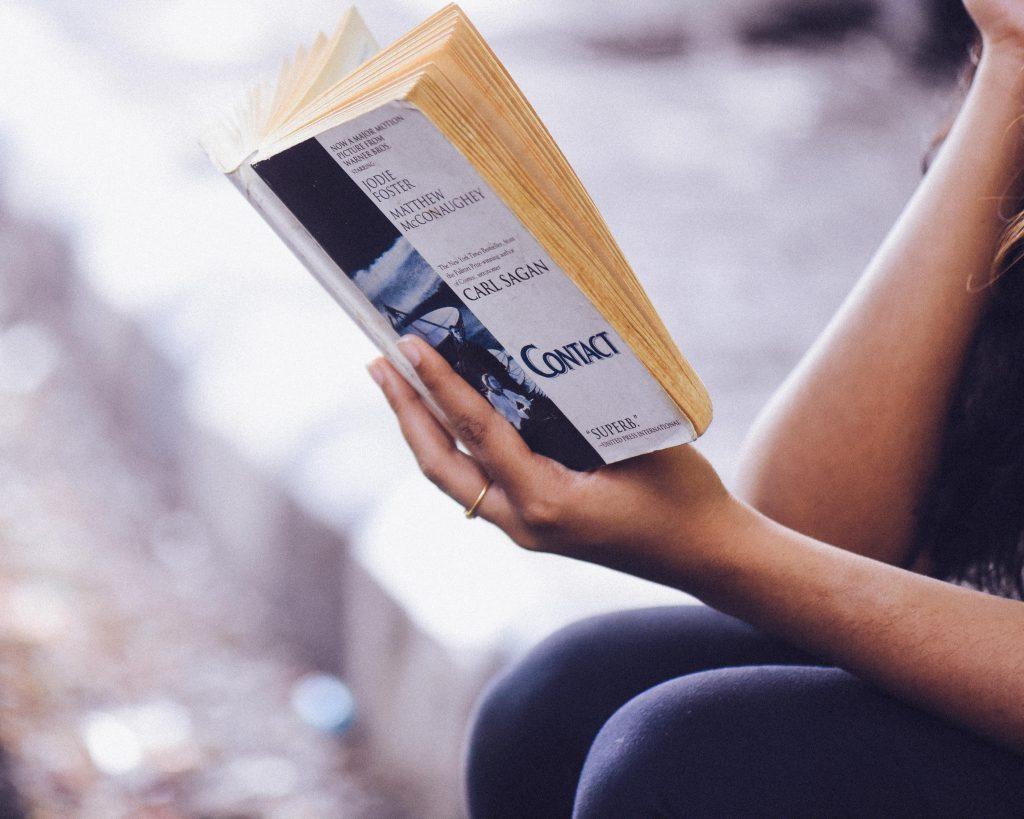 Iemand is het boek Contact aan het lezen.