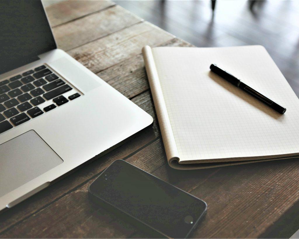 Schrijfsoftware op je laptop of toch maar gewoon met pen en papier aan de slag?