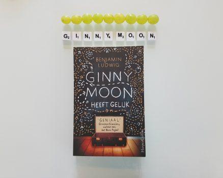 Boekencover Ginny Moon heeft gelijk met daarboven Ginny Moon gespeld met Scrabble letters en negen groene druiven.