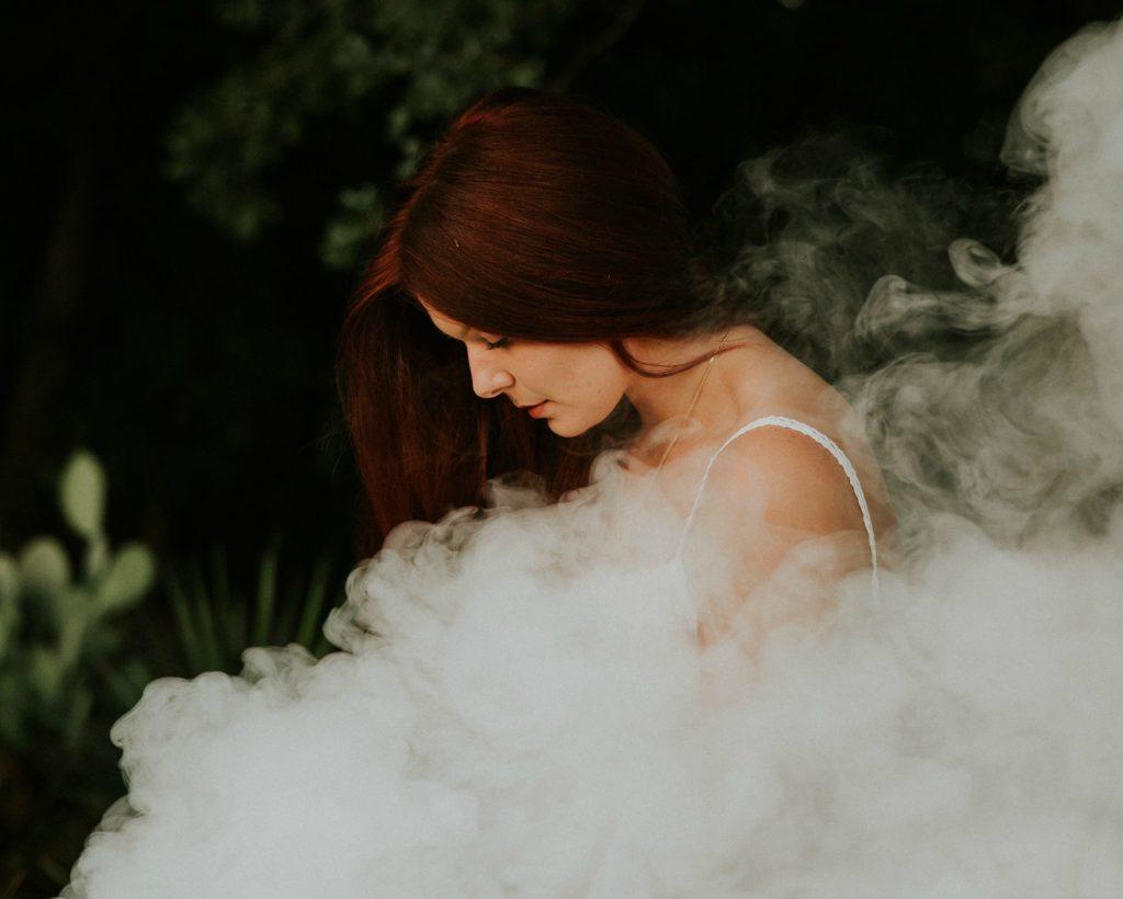 Vrouw in mistig natuurgebied. Fanfictie is soms heel mysterieus.