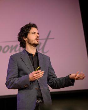 Ernst-Jan Pfauth tijdens een presentatie van de Correspondent (fotocredit: Rogier Bos)